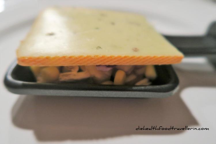 Raclette Pfanne Schritt 2 Kaese drauf