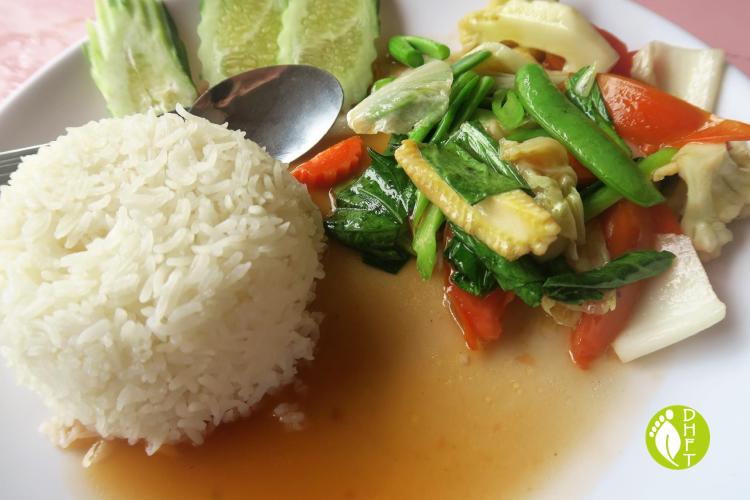 Cafe del Sunshine Lonely Beach Reis mit thailaendischen Basilikum und Gemuese